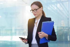 zakenvrouw sms'en foto