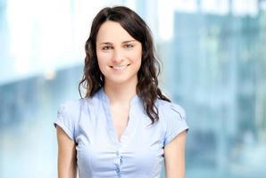 lachende jonge zakenvrouw foto
