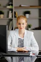 zakenvrouw op kantoor foto