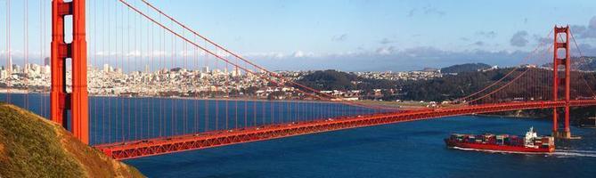 golden gate bridge en een containerschip foto