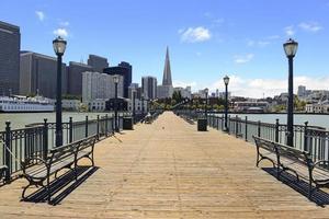pier en de skyline van de stad van San Francisco, Californië