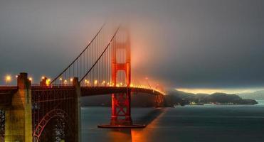 golden gate bridge-verlichting in mist, San Francisco foto