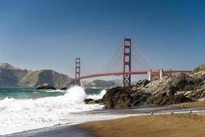 golden gate bridge van het strand van bakkersstrand in San Francisco. foto