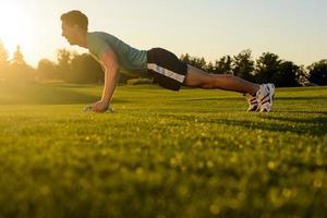 jonge man die zich bezighouden met sport op straat. foto