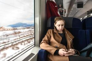 leuke jonge vrouw op een trein foto