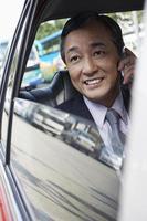 zakenman met behulp van mobiele telefoon in de auto