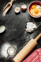 cake ingrediënten op zwart van bovenaf bakken foto
