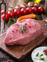rauwe biefstuk op houten tafel