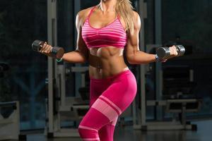 close-up van een vrouw die biceps oefening doet