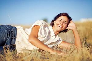 vrouw in een veld foto