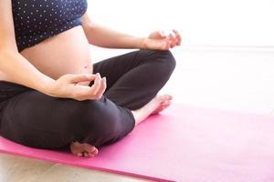 zwangere vrouw die in vorm houdt