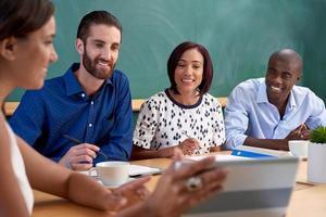 multiraciale zakelijke teambijeenkomst foto