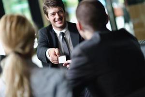 mensen uit het bedrijfsleven in een vergadering op kantoor foto