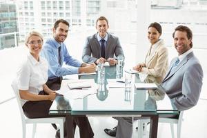 jonge mensen uit het bedrijfsleven in de bestuurskamer vergadering