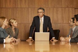 groep van bedrijfsleiders in een vergadering foto