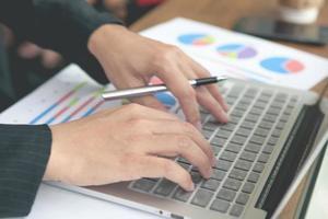 jonge zakenlieden die notitieboekje gebruiken. foto
