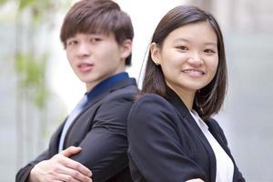 jonge vrouwelijke en mannelijke Aziatische directeur lachend portret
