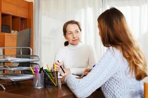 meisje in gesprek met werknemer met computer foto