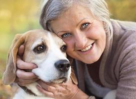 actieve senior vrouw knuffels hond foto