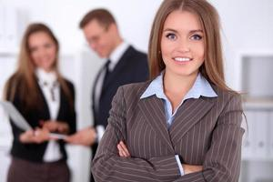 mooie zakenvrouw op de achtergrond van mensen uit het bedrijfsleven foto