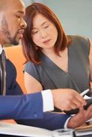 multi-etnische zakenmensen werken in de lobby van het bedrijfsleven foto