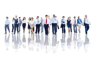 diverse zakenmensen werken en lopen