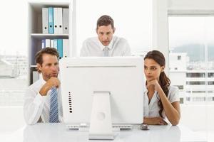 mensen uit het bedrijfsleven met behulp van computer op kantoor foto