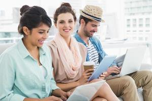 vrolijke mensen uit het bedrijfsleven op Bank werken