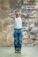 jongen in spijkerbroek foto