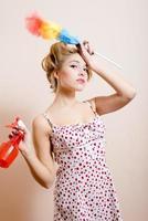 wanhopige huisvrouw met spray