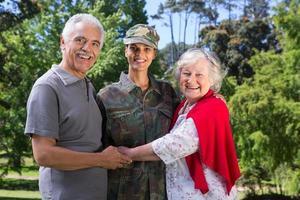 soldaat herenigd met haar ouders foto