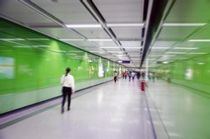 zakenmensen activiteiten, wandeling in de ondergrondse doorgang. foto