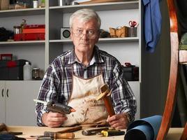 actieve senior man aan het werk foto