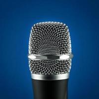 draadloze microfoon op blauwe achtergrond foto