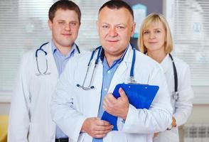 groep gelukkige artsen die camera bekijken. foto
