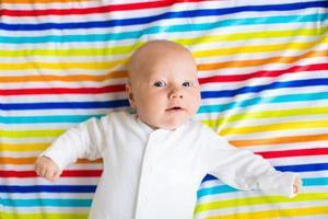 schattige baby op een kleurrijke deken foto