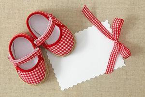 rode schoenen en lege notitie foto