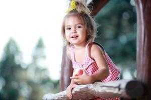 het meisje op de speelplaats foto