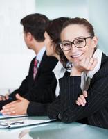 mooie jonge zakenvrouw in een vergadering foto