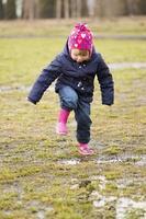 klein meisje splash pool foto
