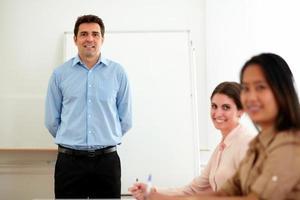 knappe zakenman permanent in een vergadering foto