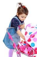klein meisje voor interessante bezigheid. foto