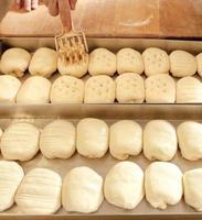 afwerking van gebak voor het bakken foto