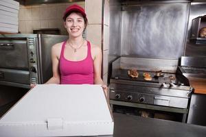 neem serveerster bij fastfoodrestaurant foto