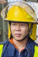 brandweerman op vrachtwagen foto