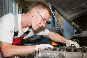automonteur op het werk foto