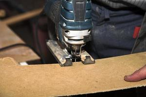 werknemer snijden houten bord foto