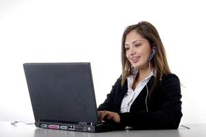 secretaris typen op computer foto