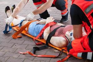 paramedici die de vrouw naar het ziekenhuis brengen foto