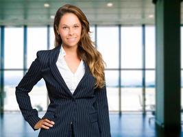lachende jonge vrouwelijke manager portret foto